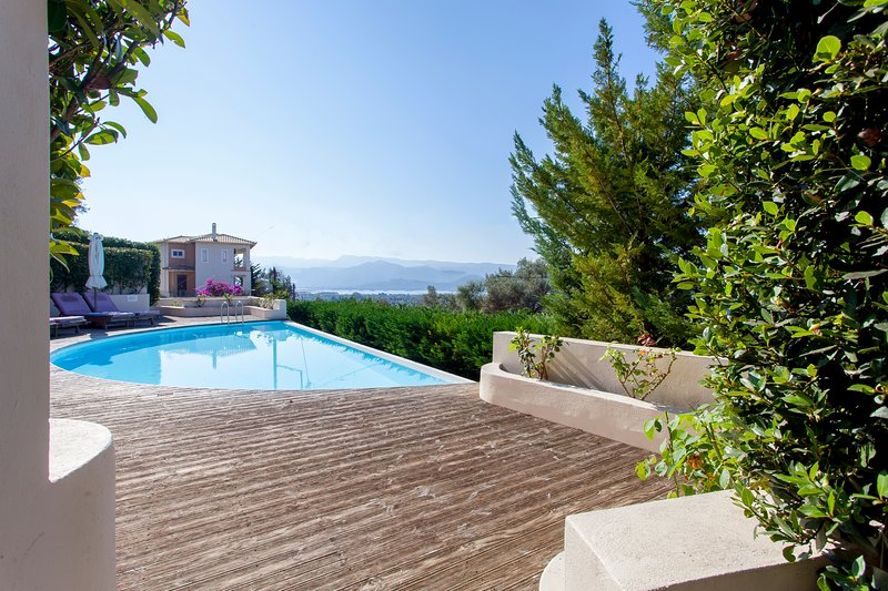 SunsetView Apartment with Pool & Views, close to LefkadaTown, alquiler vacacional en Agia Varvara