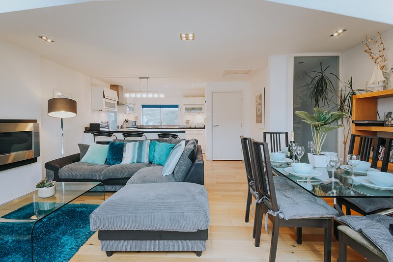 The Penthouse Serviced Apartment ⭐️Parking ⭐️Netflix ⭐️Wi-Fi ⭐️Beaches, vacation rental in Newquay