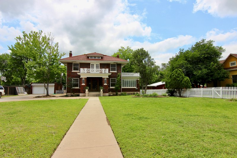 Der Reisender! BEAUTIFUL home, accommodates 14!! Walk to Everything!!, holiday rental in New Braunfels