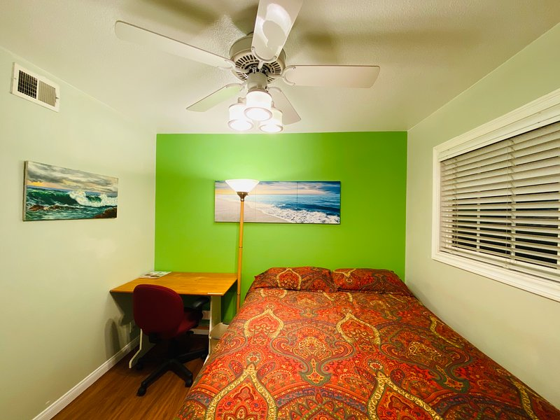 California Living - Surf Room in a Friendly Host Family's Home, holiday rental in Fountain Valley