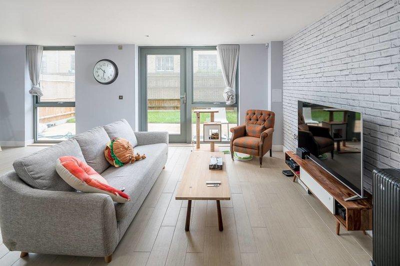 La mia proprietà ha splendidi muri di mattoni a vista e pavimenti in legno.