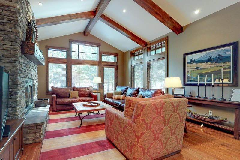 Luxurious home w/private hot tub, shared pool, & access to resort amenities!, holiday rental in Central Oregon