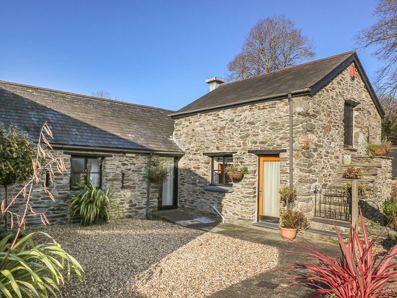 HEN EFAIL, character property close to RSPB reserve, walking, coastline in, vacation rental in Tre Taliesin