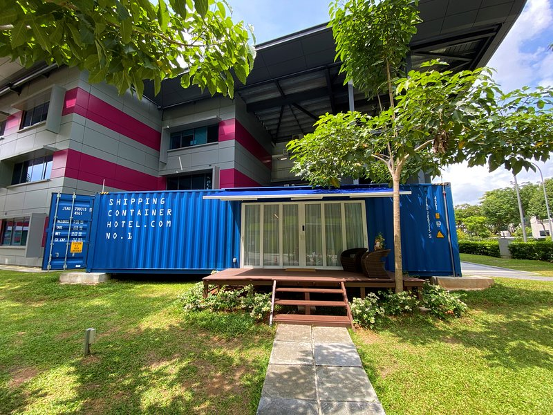 Shipping Container Hotel Block 77 Ayer Rajah Crescent, holiday rental in Singapore