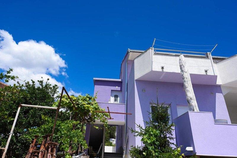 One bedroom apartment Marina, Trogir (A-17013-b), alquiler vacacional en Gustirna