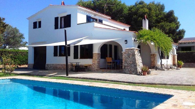 VILLA CON PISCINA Y WIFI A 100 METROS DE LA PLAYA, vacation rental in Ciutadella