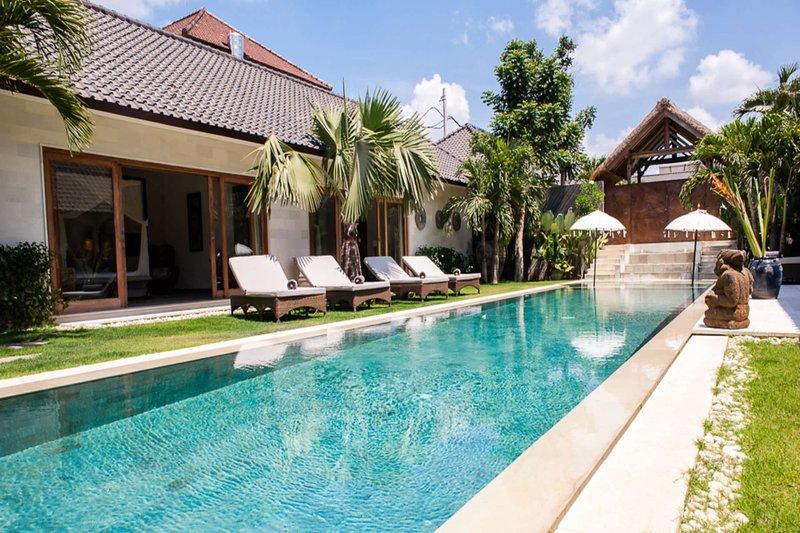 Beautiful Villa with Private Pool, Bali Villa 2073, alquiler de vacaciones en Tibubeneng