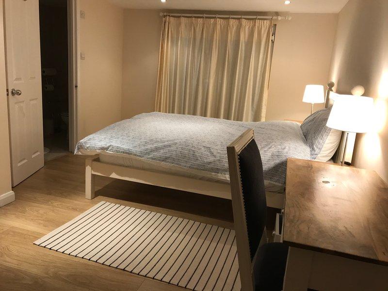 STUNNING 4 BEDROOM HOUSE NEAR STATION, Ferienwohnung in North Finchley