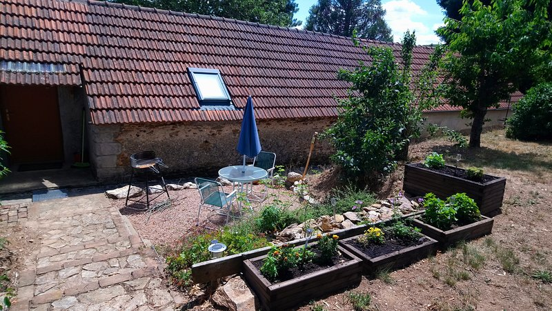Beautiful studio with garden & Wifi, holiday rental in Buxieres-sous-Montaigut