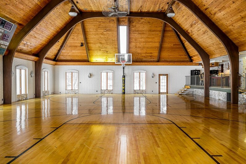 ⭐⭐⭐⭐⭐16,000sqft LUX MANSION SLEEPS 40. GYMNASIUM, vacation rental in Iowa