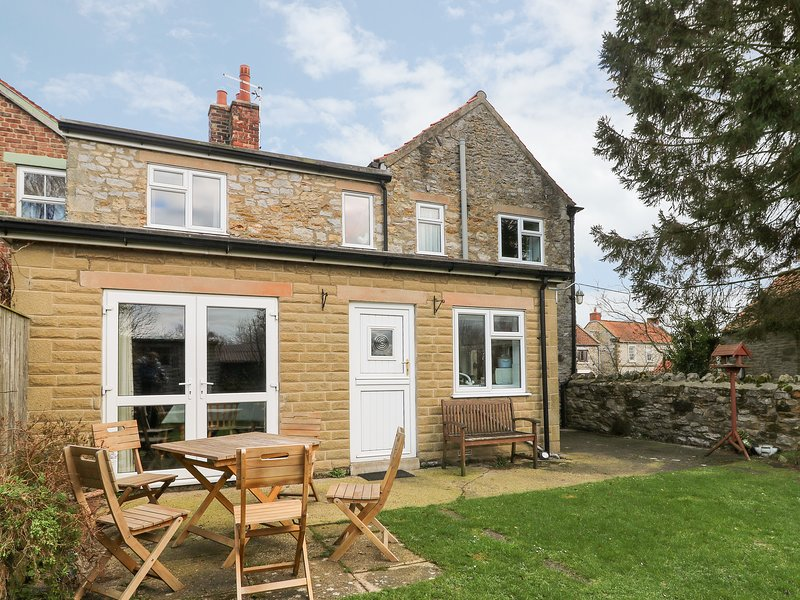 ARCHWAY HOUSE, pet-friendly, peaceful location, four poster bed, two bathrooms, holiday rental in Helmsley