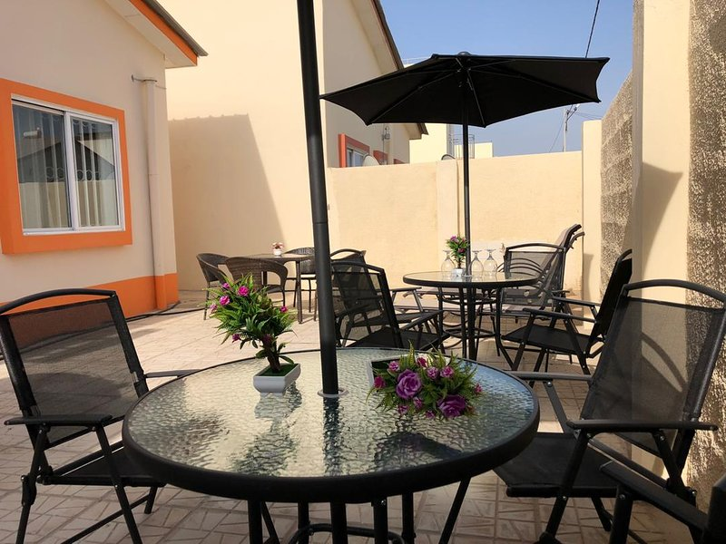 3 Bedroom House with Outdoor Terrace, casa vacanza a Batokunku