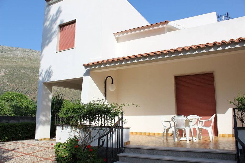 Big house with sea view & terrace, holiday rental in Castelluzzo