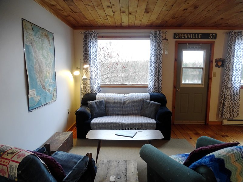 Boat House · Charming boat house apartment, overlooking the pond, holiday rental in Grand River