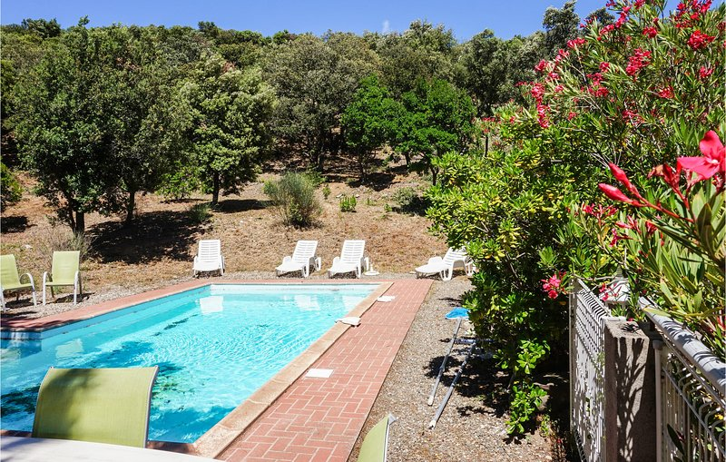 Amazing home in Pierrerue with Outdoor swimming pool, WiFi and 3 Bedrooms (FLH34, location de vacances à Saint-Chinian