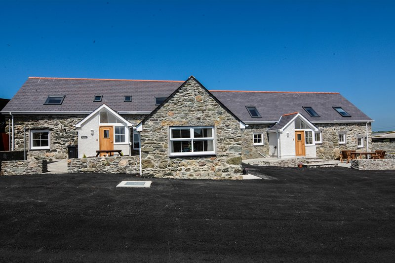 Penrhyn Farm Cottages (Cwt Drecs) with Sea views, location de vacances à Llanfachraeth