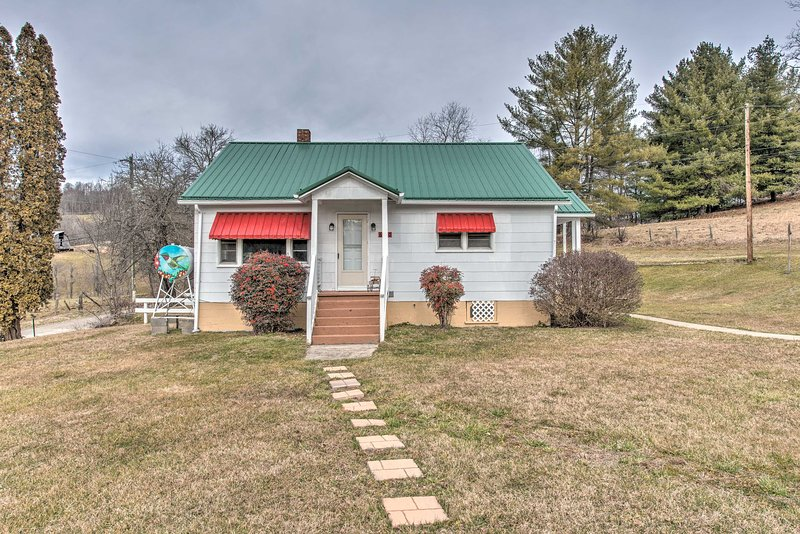 NEW! Scenic Countryside Cottage 3 Mi to New River!, holiday rental in Grassy Creek