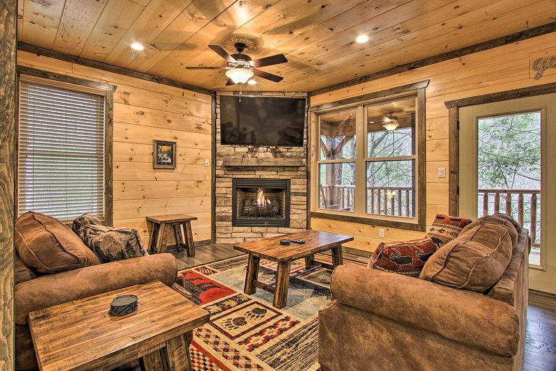 Luxe Cabin w/ Home Theater < 2 Miles to Gatlinburg, vacation rental in Gatlinburg
