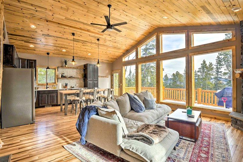 Mountainside Fairplay Cabin w/ Game Room & Sauna!, alquiler de vacaciones en Alma
