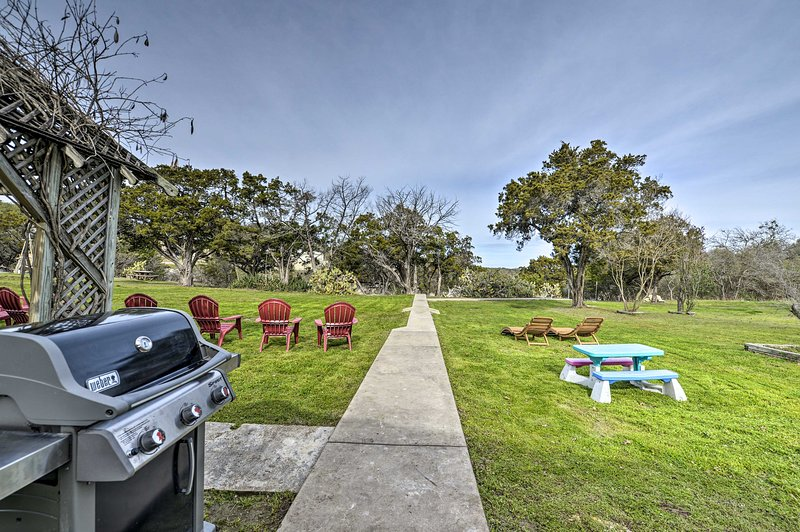 Mid-Century Lake Whitney Home w/Private Dock+Yard!, location de vacances à Clifton