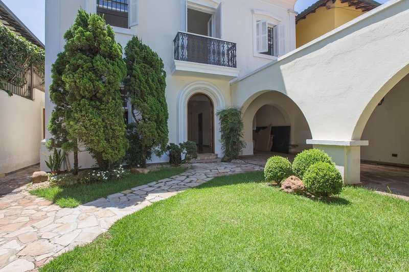 3 Bedroom House in High End Neighborhood, holiday rental in Paraiso