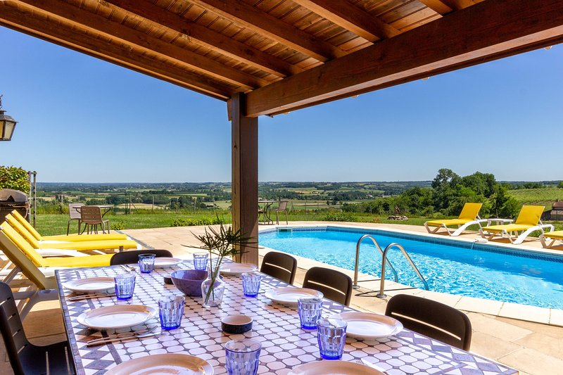 Stunning view, private pool, next to vineyards, air con'. Short walk to café bar, vacation rental in Cours-De-Monsegur