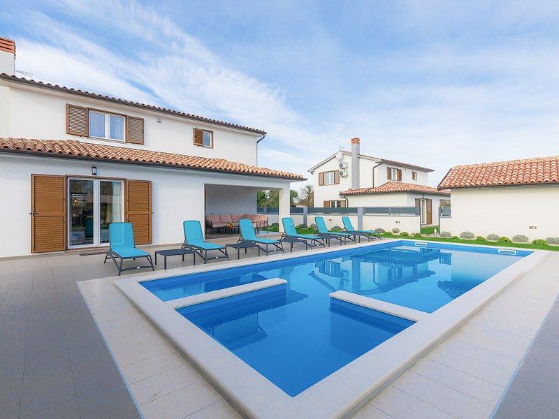Sisan Villa Sleeps 12 with Pool and Air Con - 5829178, aluguéis de temporada em Sisan