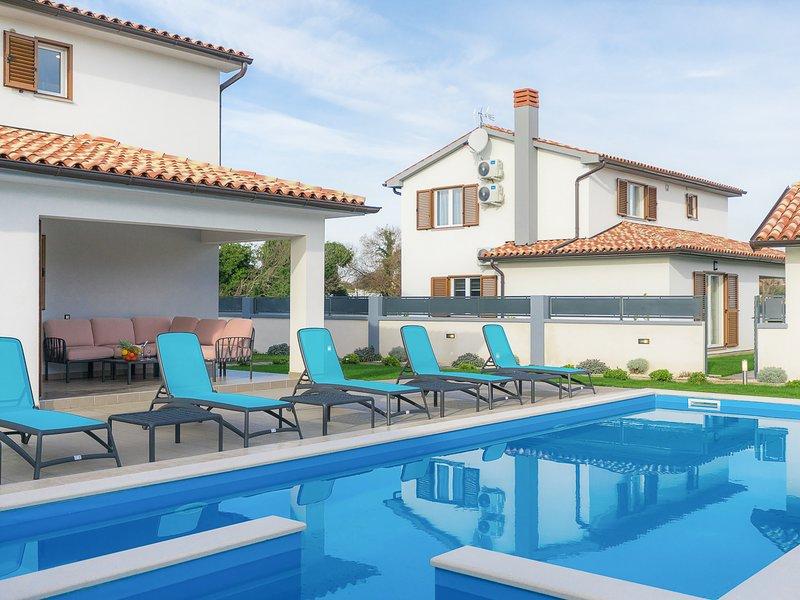 Sisan Villa Sleeps 6 with Pool and Air Con - 5829176, aluguéis de temporada em Sisan