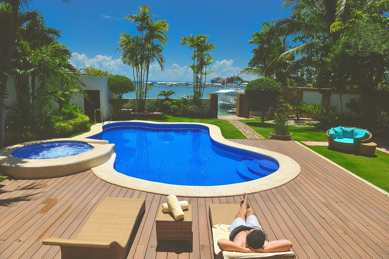 Ouano Beach House - poolside