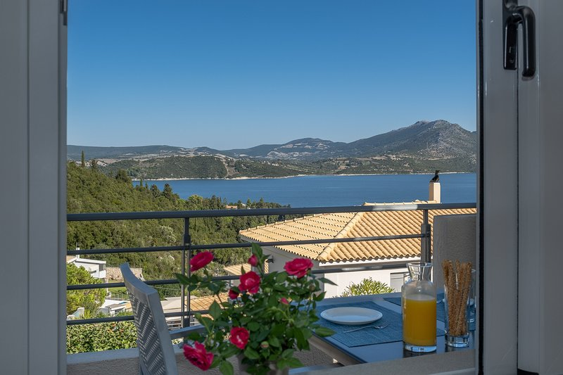 One-Bedroom Apartment with Balcony, Sea View & Breakfast, holiday rental in Episkopos
