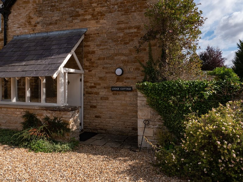 Lodge Cottage part of Kingham Cottages with pool and extensive garden, vacation rental in Adlestrop