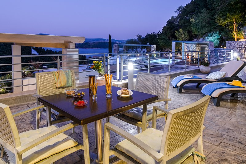 Awesomely smart choice for up to 4 travelers. Sea view, pool & breakfast., vacation rental in Episkopos