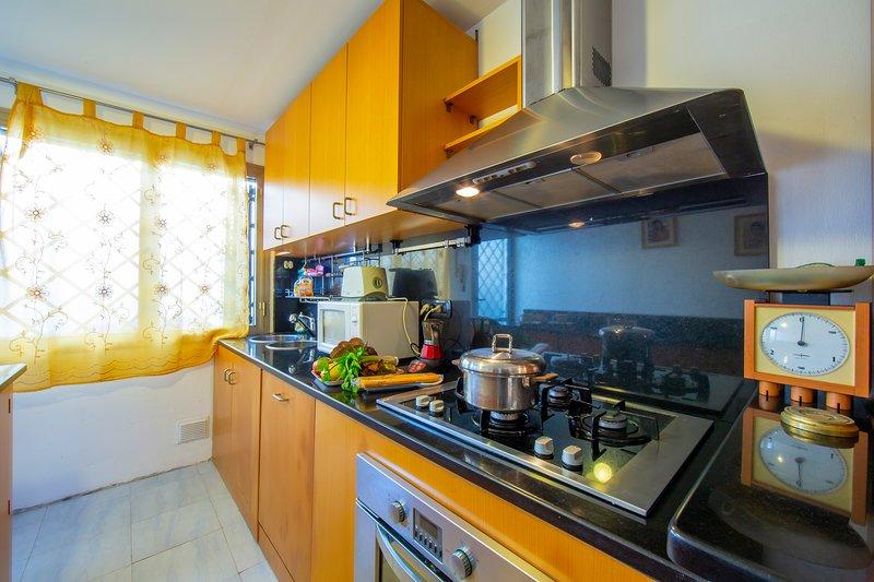 Blick auf die voll ausgestattete Küche