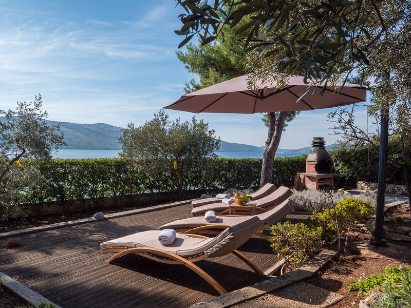 Luxury villa next to the beach with a great view - ideal for large families, holiday rental in Seget Vranjica