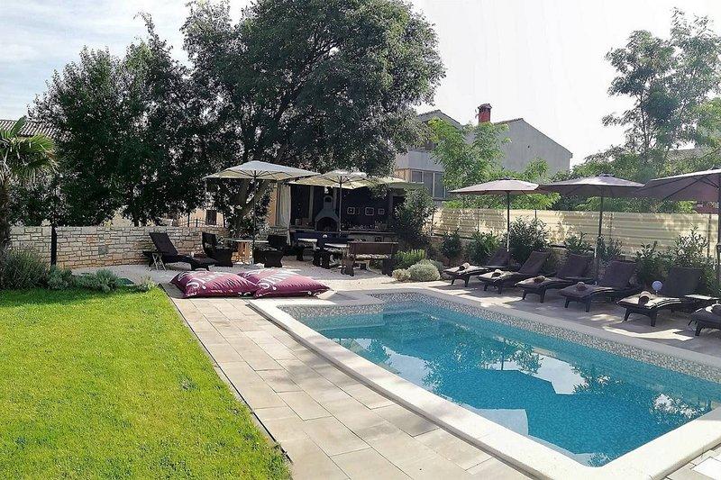 Apartment with shared pool, aluguéis de temporada em Bale