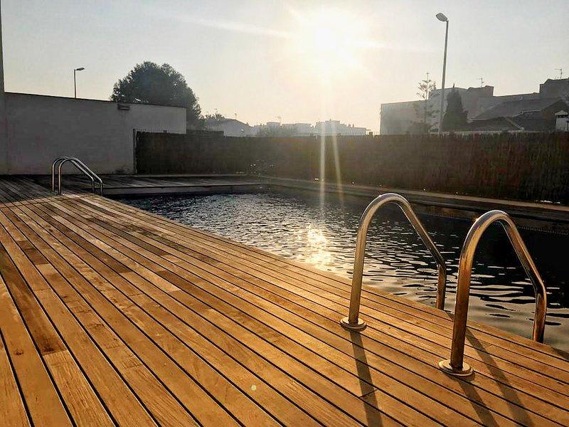 Casa adosada, amplia y luminosa para 6 personas situada en una urbanización., vacation rental in Cubelles