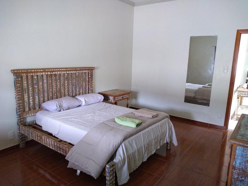 Ancora un'altra stanza ariosa con un ventilatore a soffitto.