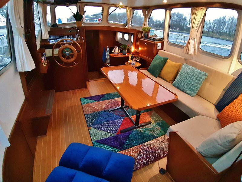 Houseboat Almaz Close to the City Centre of Amsterdam., vacation rental in Sloten