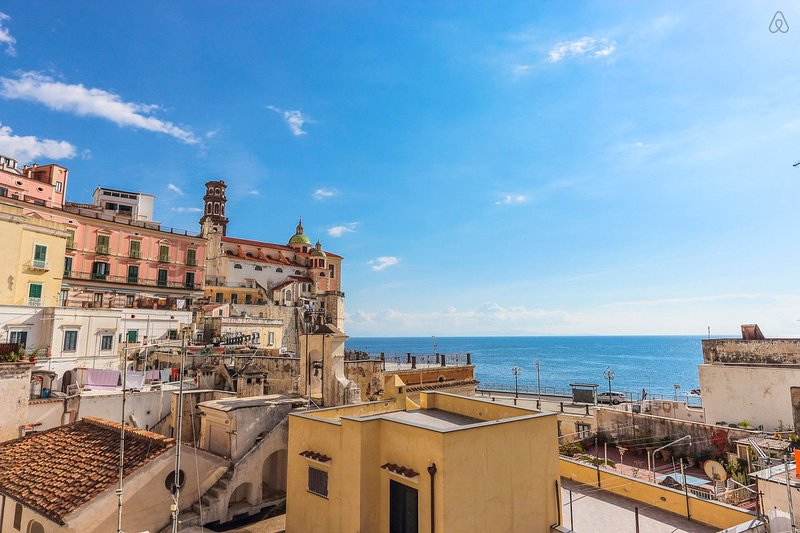 LivingAmalfi:Siren apartment, sea view, wifi, AC, close to beach and restaurants, aluguéis de temporada em Atrani