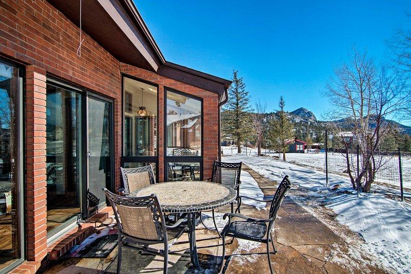 Dieses Haus für 8 liegt nur wenige Minuten vom Rocky Mountain National Park entfernt.