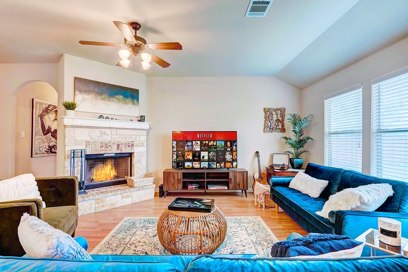 BRAND NEW! Patio, Self check-In, Apple 65' TV, Workspace, Fireplace, Netflix, vacation rental in Webberville
