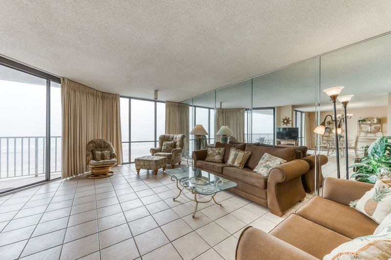 Gorgeous and spacious beachfront condo with shared pool and beach access, holiday rental in Pottersville