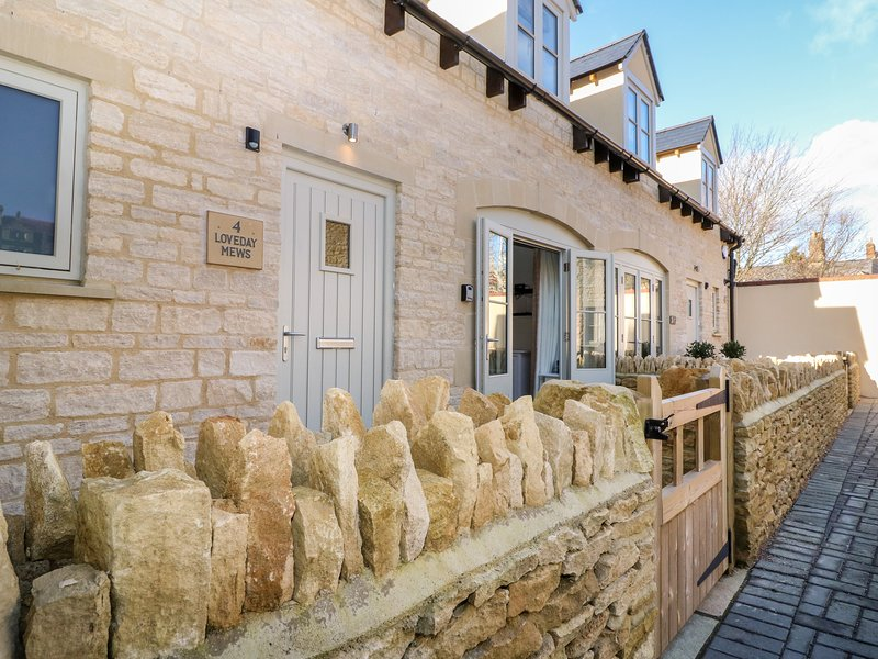 4 Loveday Mews, 2 bedrooms and perfect for families and friends, Cirencester, vacation rental in Ampney Crucis