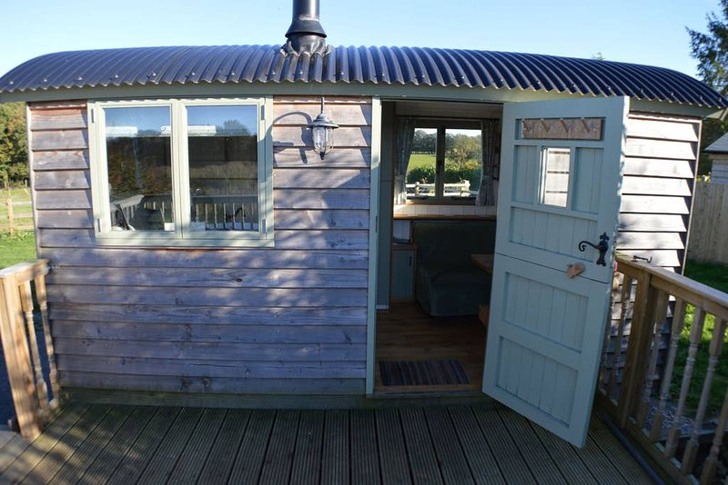 Rose Hut Beautiful Glamping Hut with hot tub, vacation rental in Stalisfield