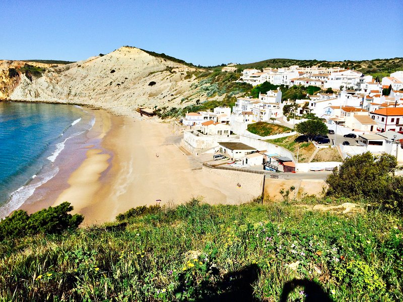 Luxury Modern Villa, Air Con, Pool in Charming Village NEW to Market. FAB OFFERS, vacation rental in Burgau