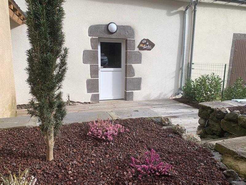 Gite du Sabotier puy de dome avec terrasse entièrement rénové ouverture 02/2020, holiday rental in Rochefort-Montagne