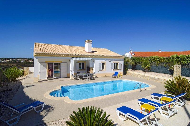 AJZ11V3 confortável villa em zona calma, holiday rental in Praia da Arrifana
