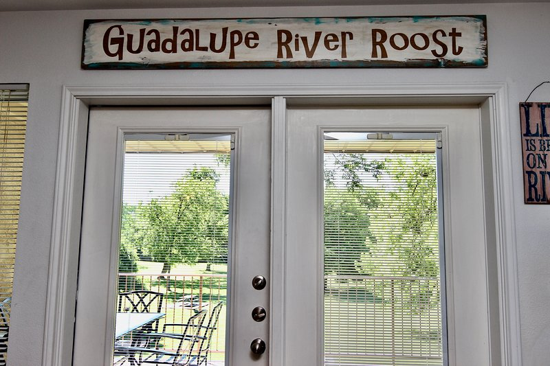 Guadalupe River Roost- 3BDR/2BTH- 2 Pools and 4 Hot-Tubs!, location de vacances à New Braunfels