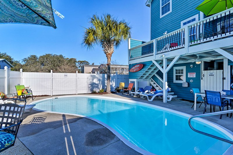 Updated Surfside Beach Home w/Pool: Steps to Beach, holiday rental in Surfside Beach