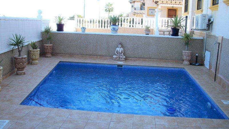 Villa jade, Villamartin, 2 Bed house with pool, TV, wifi – semesterbostad i Orihuela